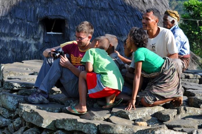 Apaan Tuh? - Clement Messerlin bersama anak-anak di Wae Rebo