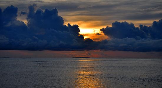 matahari tertutup awan