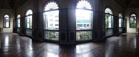 ball room - jendela besar menghadap jalan