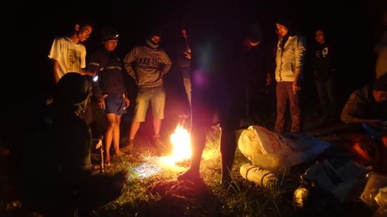 bersama mengelilingi api unggun