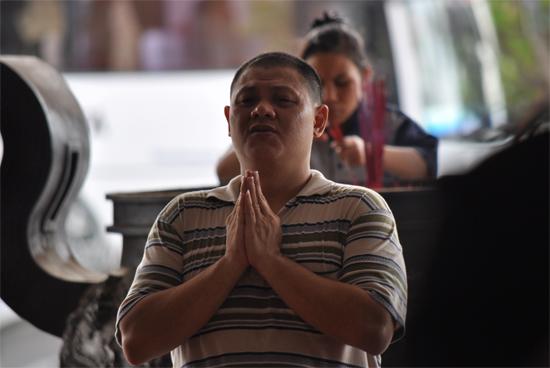 berdoa -  pengunjung Maha Vihara Maitreyag