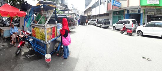 Penjual rujak di jalan Masjid