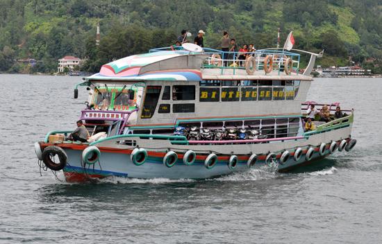 kapal motor - sarana transportasi di Danau Toba