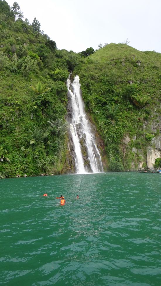 Melawan Arus - berenang menuju air terjun