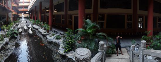 kolam ikan - penghubung bangunan tengah dan sayap kiri