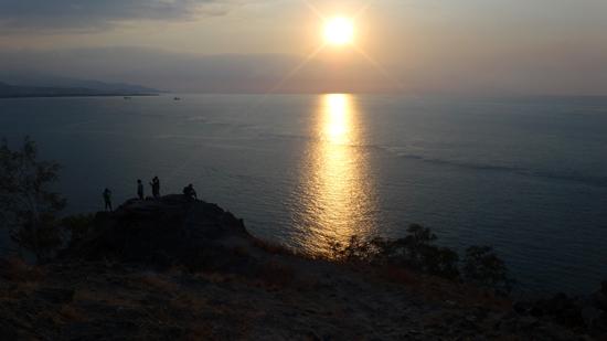 melihat sunset dari Bukit Tanjung Fatucama