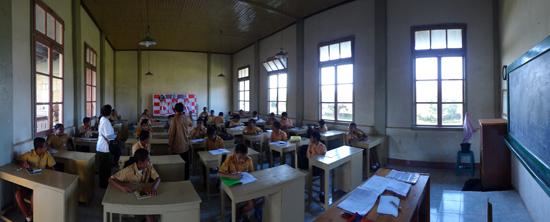 bercengkrama bersama murid-murid seminari