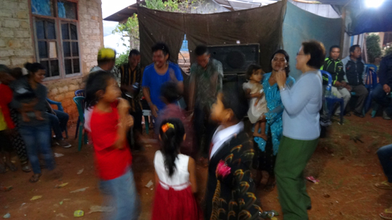 menari bersama warga lokal di pesta sambut baru Flores