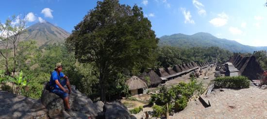 Kampung Benda dengan pemandangan gunung Inerie