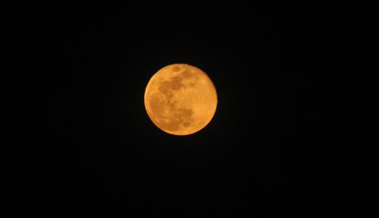 Full Moon - bulan merah di atas kota Dili