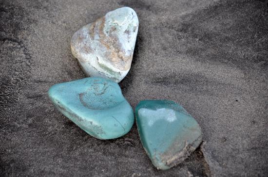 Batu hijau - terbawa ombak saat pasang
