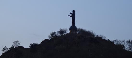 Patung Crito Rei menyisakan siluet di ujung senja