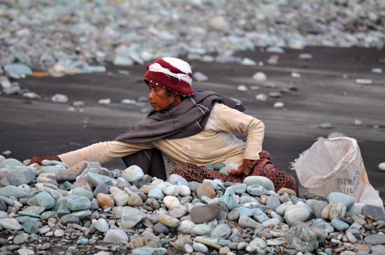 wanita pengumpul batu hijau