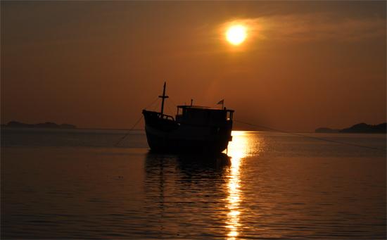 sunrise di pelabuhan Riung