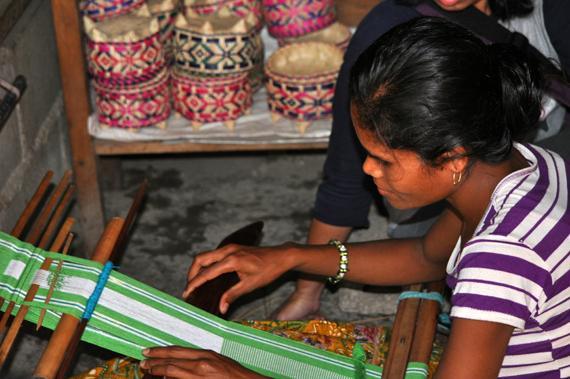 Pengerajin - menenun kain Tais