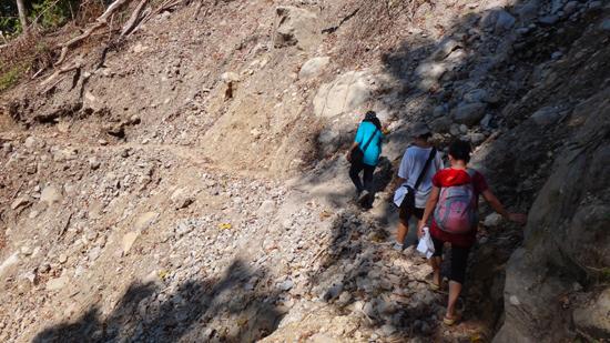 semangat trekking di bukit terjal menuju Wae Rebo