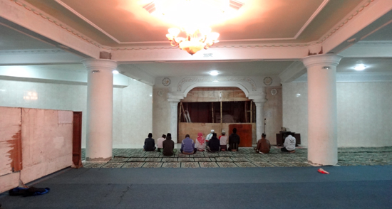 sholat berjamaah di masjid  Bajawa