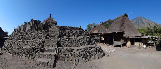 menhir di tengah desa Bena pengaruh jaman megalitikum