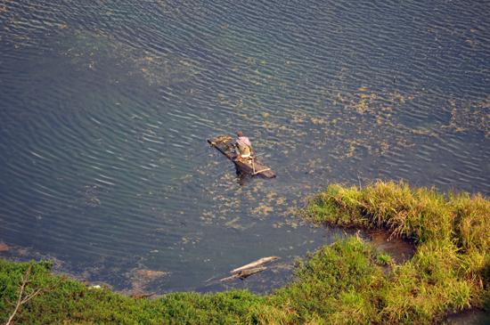 memancing di danau Ranamese