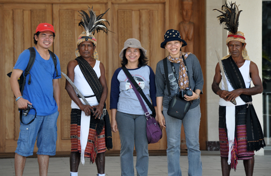 berfoto bersama penjaga berpakaian tradisional
