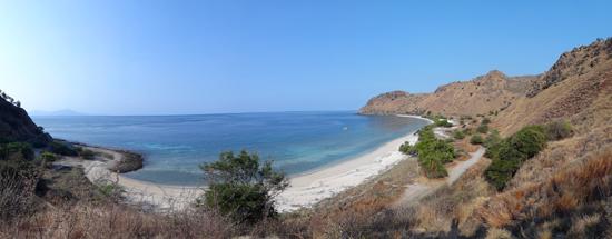 pasir putih - pantai tersembunyi di belakang bukit Fatucama