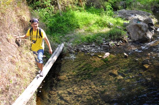 menyebrangi sungai - meniti sebilah bambu