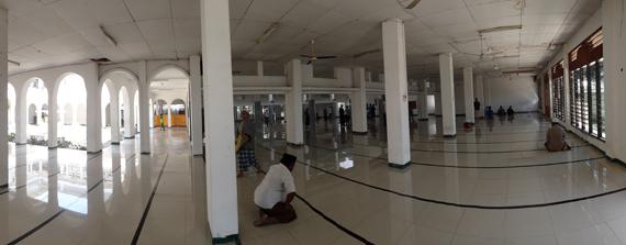 pilar-pilar memenuhi bagian dalam masjid