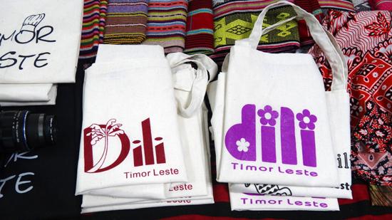 """Tulisan """"Dili"""" dalam beragam desain"""
