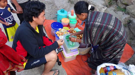 Elyudien membeli jajan pasar di Situmage