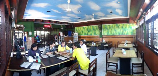 makan siang di Resto 76 Maumere