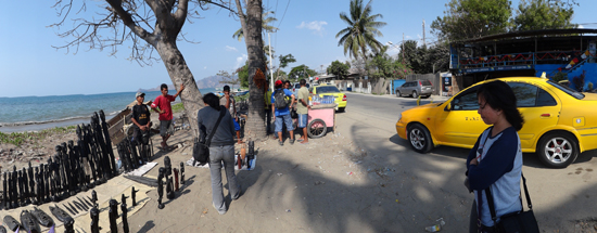 singgah di Kampung Alor - mengambil pesanan topeng