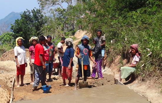 swadaya - warga desa memperbaiki jalan