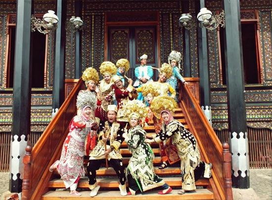 Aksi Minangkabau (sumber: stupid trip traveller)