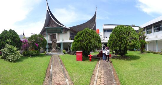 taman di belakang rumah gadang