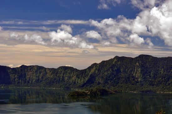 keindahan danau bagai lukisan alam