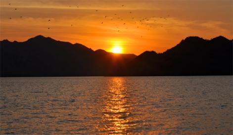 matahari terbenam di pulau kelelawar
