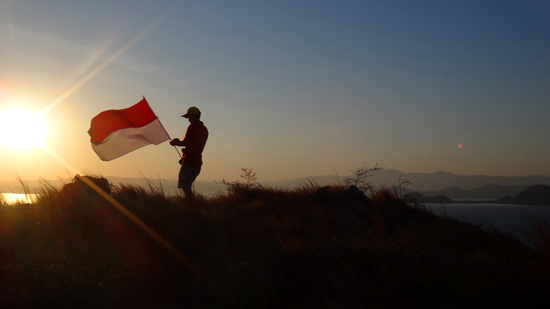 bendera dan pagi di bukit Kanawa