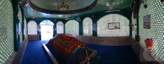 Wide Room | Makam di Masjid Suni, Nepal | SONY DSC-TX10
