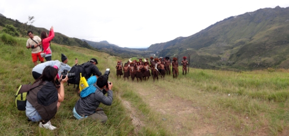 Tim Jelajah Bumi Papua antusias mengabadikan Perang Suku Lani