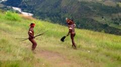 dua pria mengabarkan serangan musuh