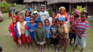 anak- anak Kilise bernyanyi bersama