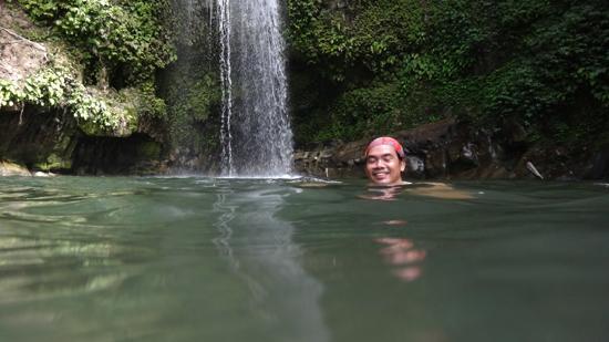 berenang di air terjun Pokmas, Siberut
