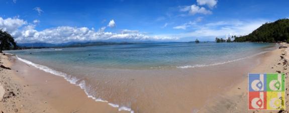 untuk mencapai batu besar pengunjung berjalan melewati pantai ini