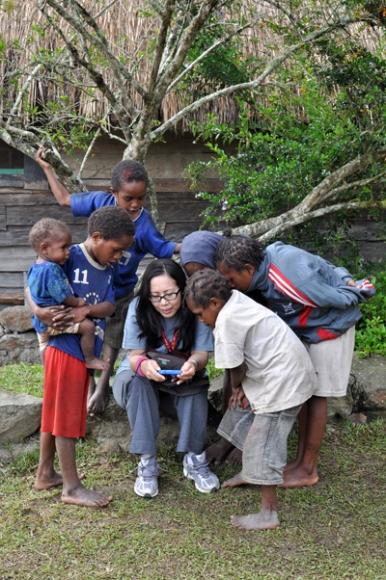 penasaran - anak-anak Kilise menilhat foto jepretan pengunjung