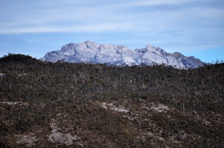 penampakan puncak Trikora dari sisi danau