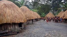 kejar-kejaran wisatawan dan penduduk setempat