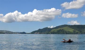 bocah berenang di danau Sentani