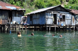 bermain air di depan rumah - Pulau Assei