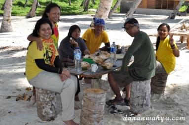 Menikmati kelapa muda dan pancake