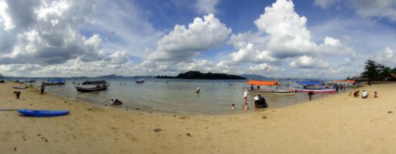Pantai  Mutun Lampung di hari libur nasional